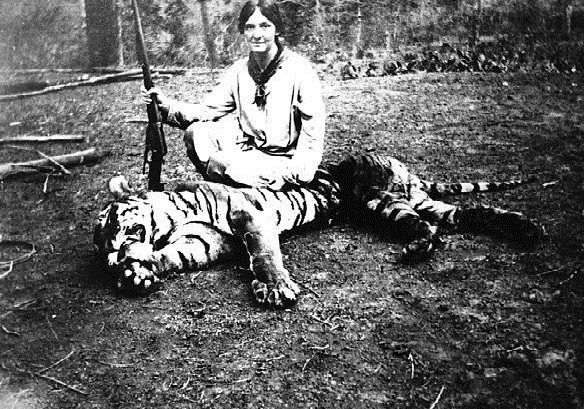 Female hunter - Date 1920 - Tiger hunting.